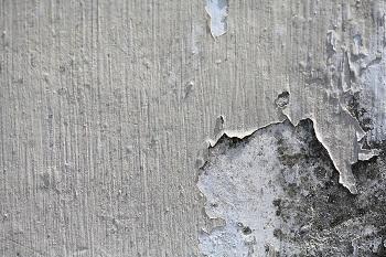 קיר מתקלף